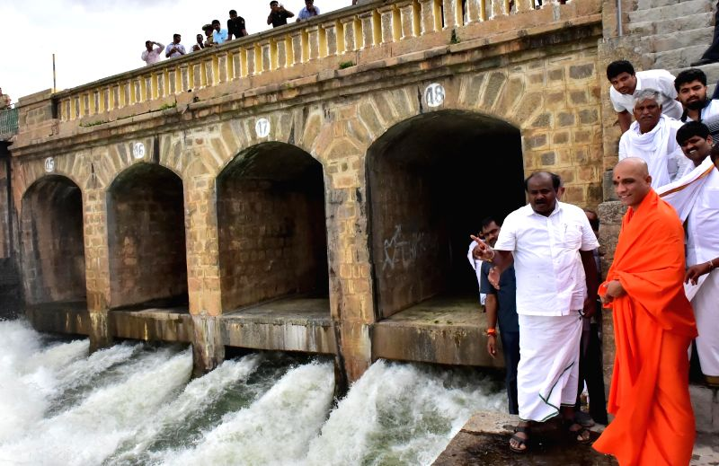 Karnataka Chief Minister HD Kumaraswamy visits the Krishnaraja Sagar (KRS) reservoir with Sri Nirmalanandanatha Swami of Adi Chunachanagiri Mut and others, in Mandya district of Karnataka on ... - H