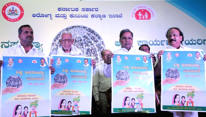 Karnataka Chief Minister Siddaramaiah, freedom fighter HS Doreswamy and Karnataka Ministers UT Khadar and Roshan Baig and others release posters during a programme organised on World Population day .. - Siddaramaiah