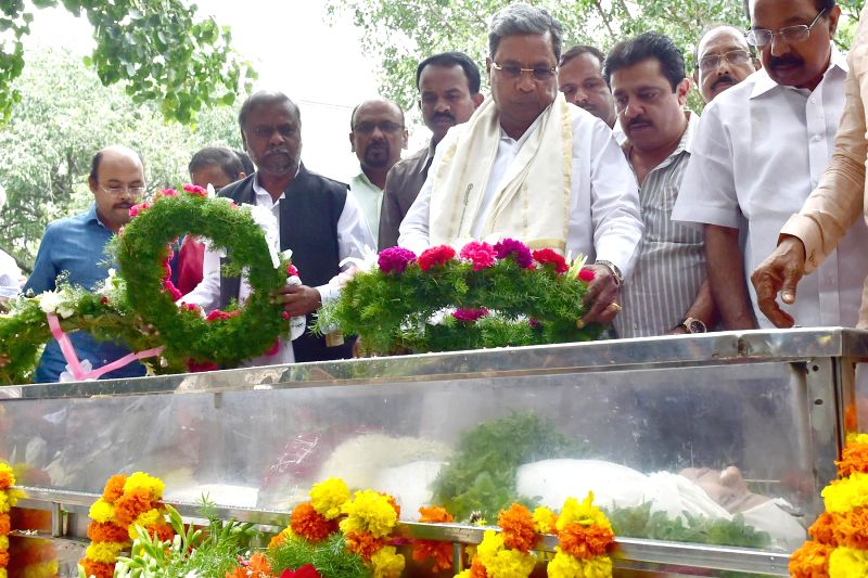 Karnataka Chief Minister Siddaramaiah pays tributes to the mortal remains of senior Kannada journalist and social activist Gowri Lankesh in Bengaluru on Sept 6, 2017. Editor of the weekly ... - Siddaramaiah