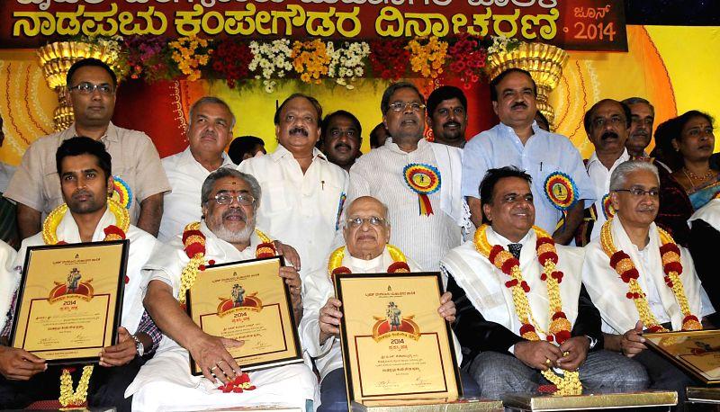 "Karnataka Chief Minister Siddaramaiah presents Kempegowda awards to writer Prof. G Venkatasubbaiah, film director KSL Swamy, cricketer Vinay Kumar and others during ""Kempegowda Jayanti"" ... - Siddaramaiah, Ramalinga Reddy, Dinesh Gundu Rao, Mayor Satyanarayana, Vinay Kumar and Ananth Kumar"