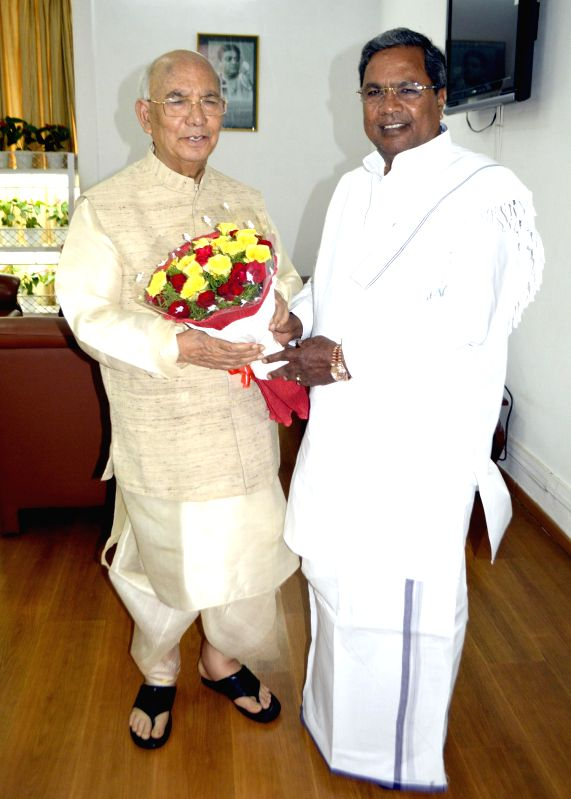 Karnataka Chief Minister Siddaramiah meets Karnataka Governor H R Bhardwaj at Raj Bhavan in Bangalore on May 1, 2014. - H R Bhardwaj
