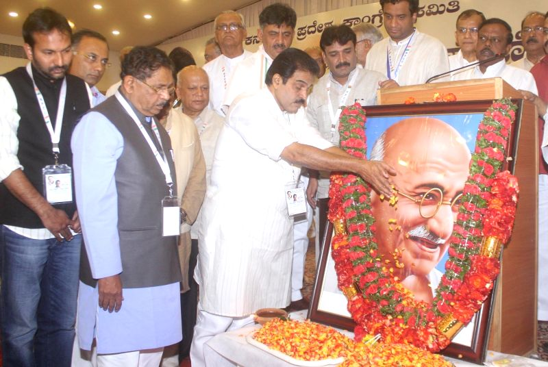 Karnataka Congress general secretary in-charge K.C. Venugopal, President Dr. G Parameshwara, leader Jaffer Sheriff and Minister DK Shivakumar pay tribute to the portrait of Mahatma Gandhi ... - D
