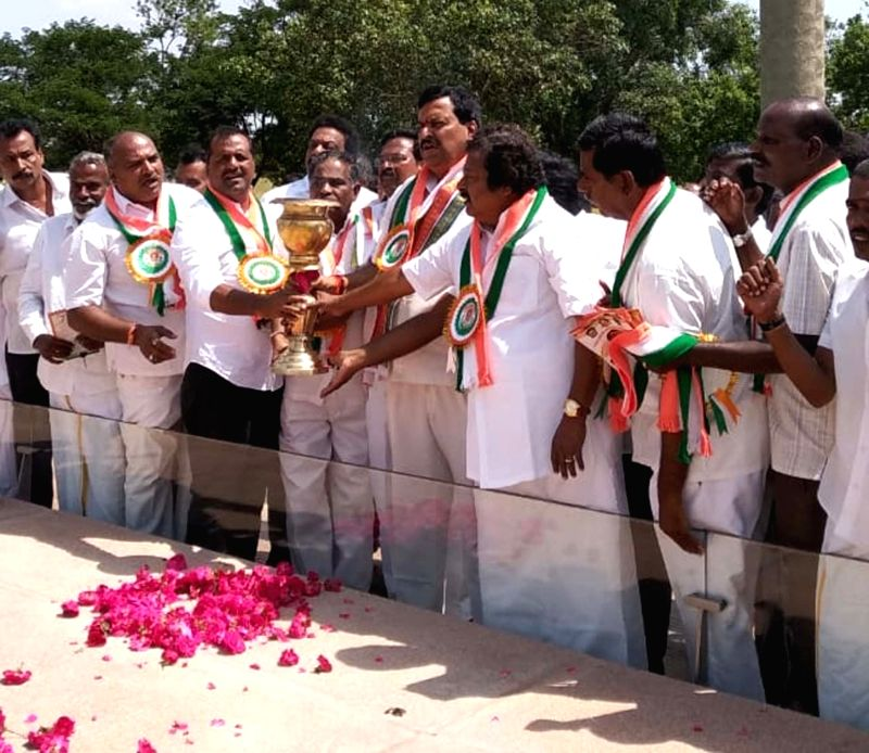Karnataka Congress leaders S.S. Prakasam and U. T. Khader along with other leaders hold the torch to inaugurate the 27th Rajiv Jyoti Sadbhavana Yatra at Rajiv Gandhi Memorial in ... - Rajiv Gandhi Memorial