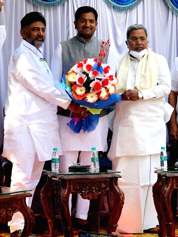 Karnataka independent MLA extends support to Congress. (Credit : @SBG4Hosakote/twitter