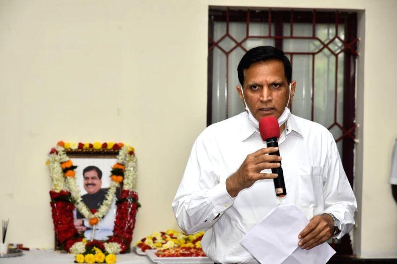 Karnataka railway staff pay rich tributes to Angadi