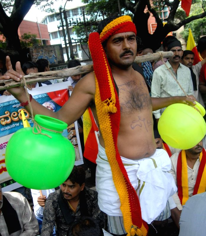 Karnataka Rakshana Vedike members stage a demonstration against verdict on Mahadayii Kalasa Bandoori water projects, in Bengaluru on July 28, 2016.