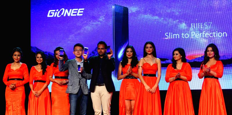 Gionee's Director of Sales Frank (4th L), Chairman of Teletalk Rohit Gupta (5th L) and former Miss Nepal winners reveal the new smartphone Gionee Elife S7 during ... - Teletalk Rohit Gupta