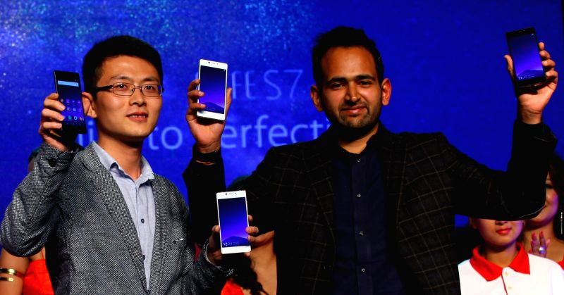 Gionee's Director of Sales Frank (L) and Chairman of Teletalk Rohit Gupta reveal the new smartphone Gionee Elife S7 during the launching ceremony in Kathmandu, ... - Teletalk Rohit Gupta