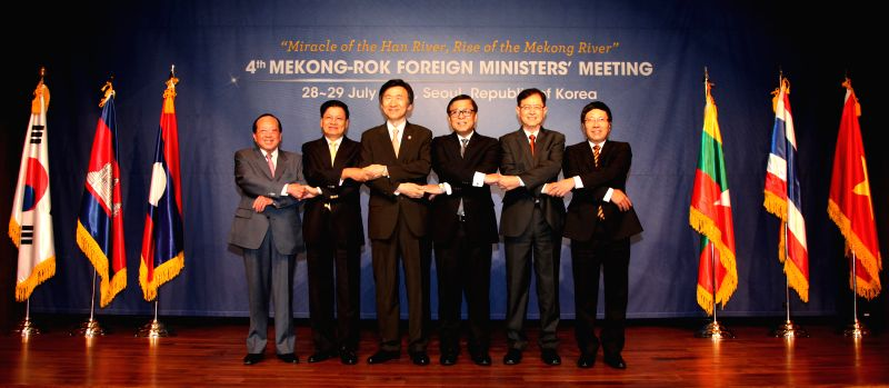 (L-R) Cambodia's Foreign Minister Hor Namhong, Laos's Foreign Minister Thongloun Sisoulith, South Korea's Foreign Minister Yun Byung-Se, Thailand's Foreign ... - Hor Namhong