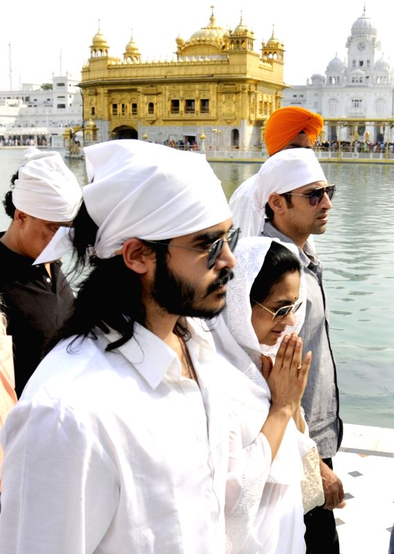 Kavita Khanna, wife of actor-politician Vinod Khanna with son Sakshi Khanna paying obeisance at Golden Temple, Amritsar on May 6, 2017.  Vinod Khanna, actor and Member of Parliament from ... - Kavita Khanna, Vinod Khanna and Sakshi Khanna