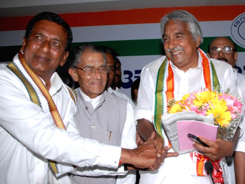 Kerala Chief Minister Oommen Chandy with Congress candidate for 2014 Lok Sabha Election from Bangalore North C. Narayanaswamy during a press conference in Bangalore on April 14, 2014.