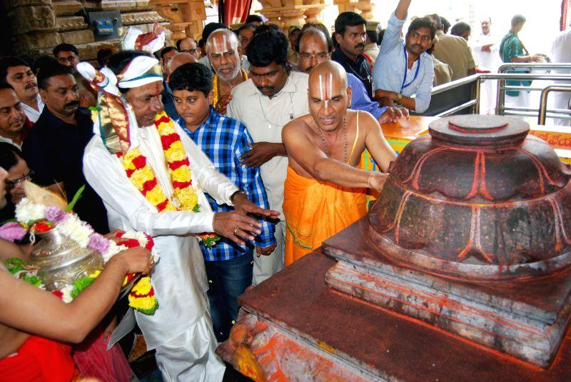 Telangana Chief Minister K Chandrasekhar Rao visits Khammam temple at Bhadrachalam in Khammam district, Telangana, on March 28, 2015. - K Chandrasekhar Rao