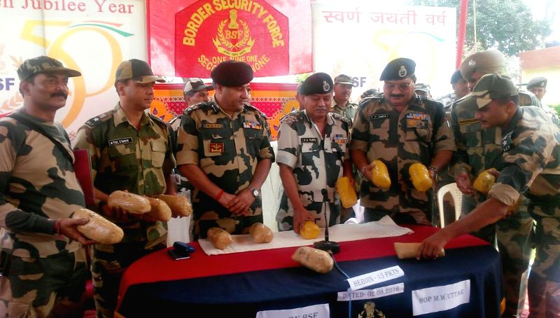 Khem Karan: BSF personnel present before press 15 kg of heroin recovered from smugglers near Khem Karan area of Tarn Taran sector on Aug 2, 2016.