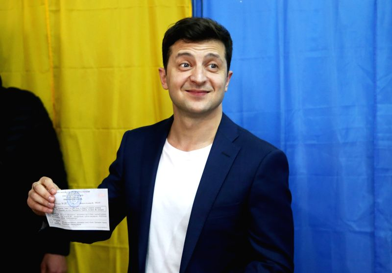 KIEV, April 21, 2019 (Xinhua) -- Candidate actor Volodymyr Zelensky casts his ballot at a polling station in Kiev, Ukrain, April 21, 2019. Ukraine's presidential candidates, incumbent President Petro Poroshenko and actor Volodymyr Zelensky, on Sunday