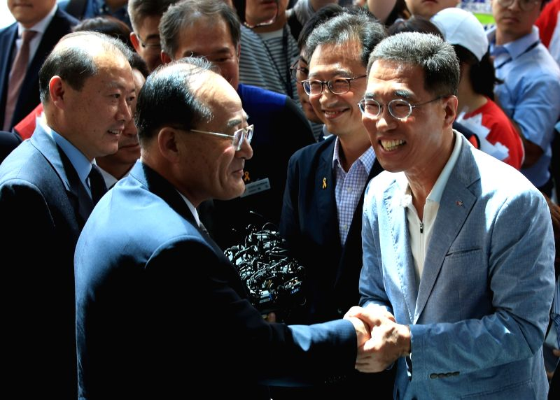 Kim Ju-young (R) and Kim Myoung-hwan (2nd from R), heads of South Korea's umbrella labor unionsthe Federation of Korean Trade Unions (FKTU) and the Korean Confederation of Trade Unions ...
