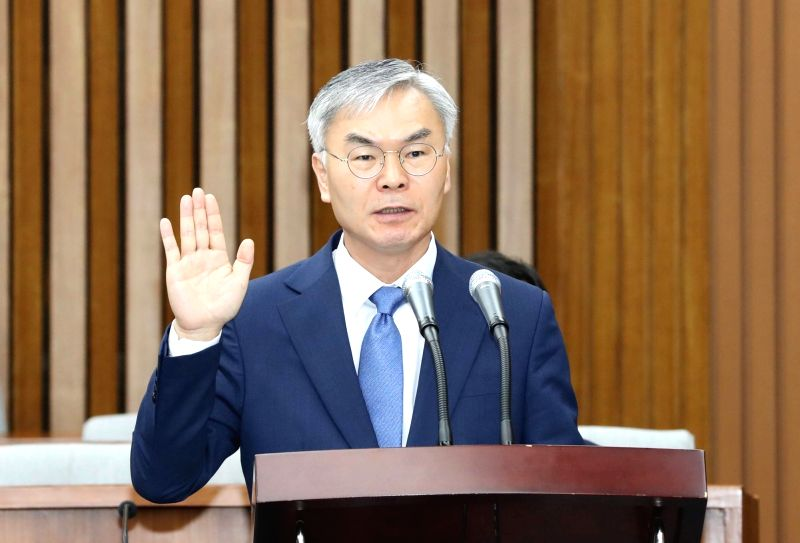 Kim Seon-soo, who has been nominated by President Moon Jae-in as a candidate for a Supreme Court justice, swears an oath to tell the truth during his confirmation hearing at the National ...