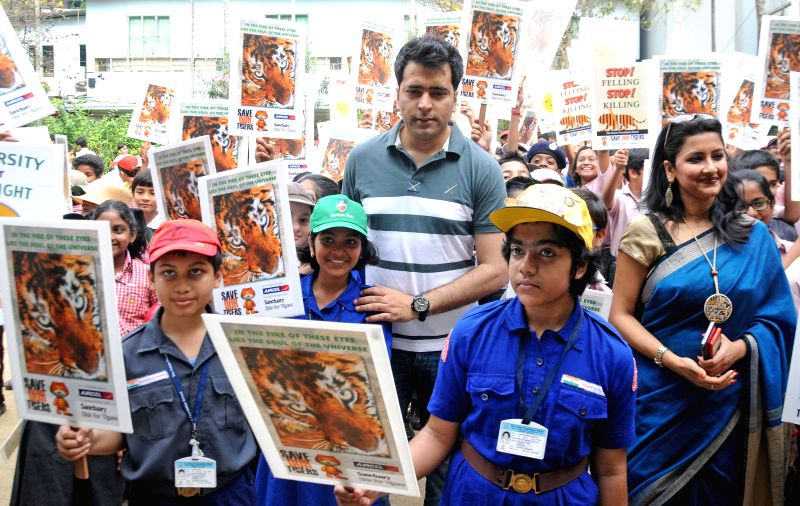 Actors Abir Chatterjee and Rachana Banerjee with school students during a programme organised to observe `World Wildlife Day` in Kolkata, on March 3, 2015. - Abir Chatterjee and Rachana Banerjee