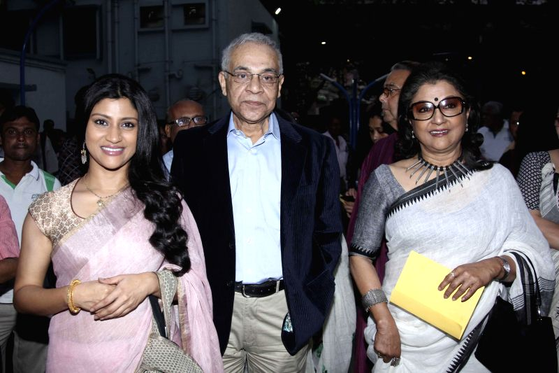 Actors Konkona Sen Sharma, Dhritiman Chatterjee and filmmaker Aparna Sen during the premier of film `Shajarur Kanta` in Kolkata on March 20, 2015. - Konkona Sen Sharma and Dhritiman Chatterjee