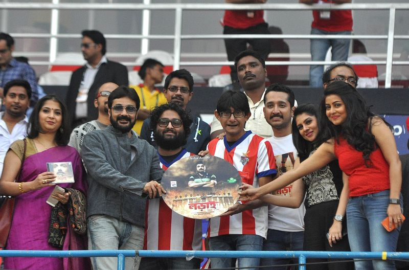 Actors Prasenjit Chatterjee, Parambrata Chatterjee, Kanchana Moitra, Gargi Roy Chowdhury, Payel Sarkar with singer Arijit Singh at the launch of the audio launch of `Lorai` before an ISL ... - Prasenjit Chatterjee, Parambrata Chatterjee, Kanchana Moitra, Gargi Roy Chowdhury, Payel Sarkar and Arijit Singh