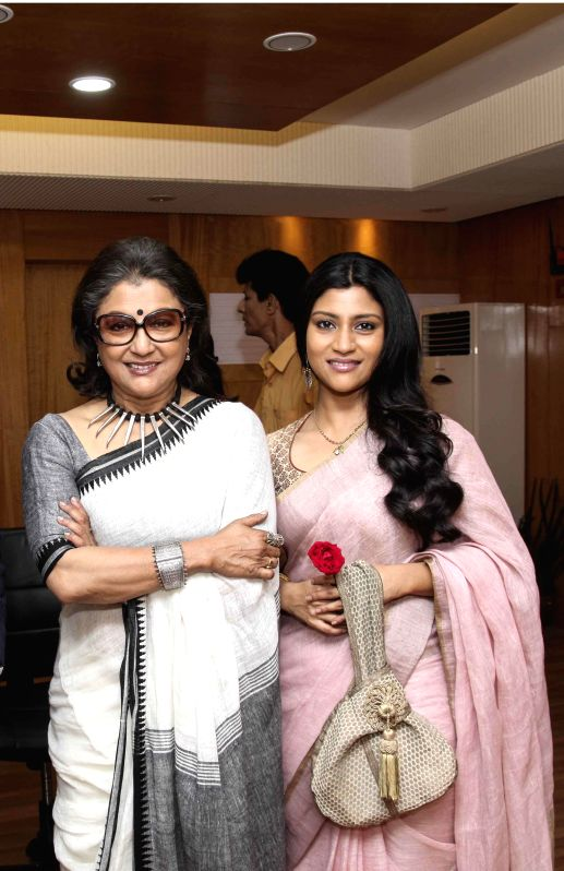 Actress Konkona Sen Sharma and filmmaker Aparna Sen during the premier of film `Shajarur Kanta` in Kolkata on March 20, 2015. - Konkona Sen Sharma