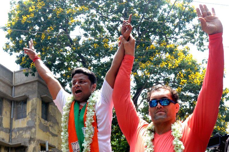 Kolkata: BJP's Lok Sabha candidate from Jadavpur, Anupam Hazra accompanied by WWE wrestler the Great Khali, during an election campaign for the forthcoming Lok Sabha polls, in Kolkata, on April 26, 2019. (Photo:  Kuntal Chakrabarty/IANS)
