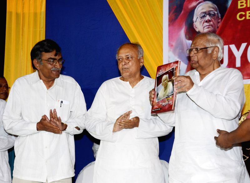 Former Lok Sabha Speaker Somnath Chatterjee and the leader of opposition in West Bengal assembly Suryakanta Misra during inauguration of Jyoti Basu's birth centenary celebrations in Kolkata, ... - Somnath Chatterjee