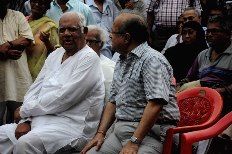 Former Lok Sabha speaker Somnath Chatterjee, former chairman of West Bengal Human Rights Commission Justice Ashok Ganguly, painter Wasim Kapoor and others during a programme organised by the ... - Wasim Kapoor