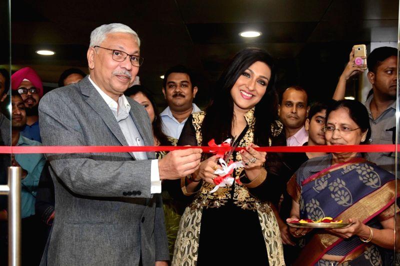 :Kolkata: Godrej Interio Chief Operating Officer Anil S. Mathur and actress Rituparna Sarkar cut the ribbon to inaugurate a store of Godrej Interio, in Kolkata on July 25, 2018. (Photo: Kuntal ...