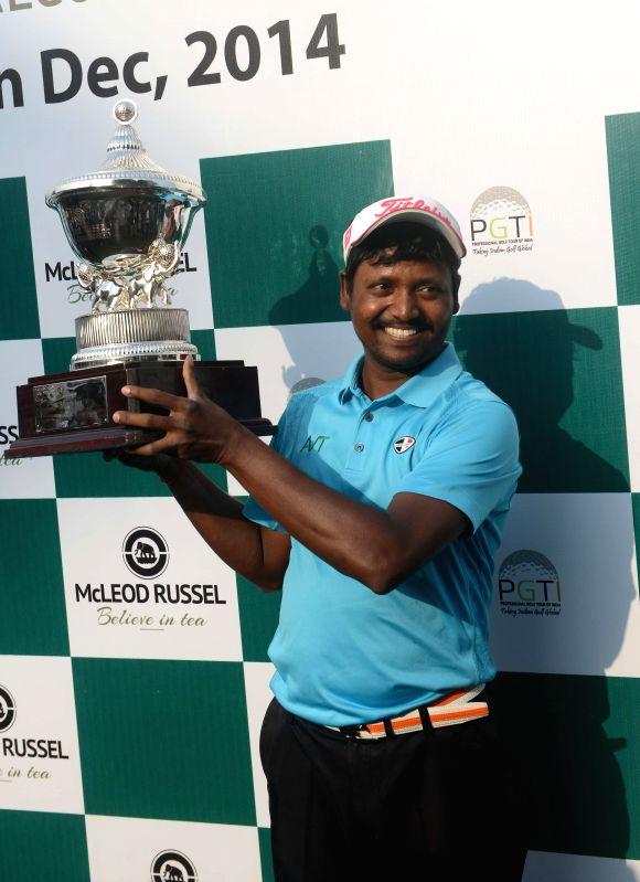 Indian Golfer Shankar Das celebrates after winning 'McLeod Russel Tour Championship 2014' in Kolkata on Dec 28, 2014.