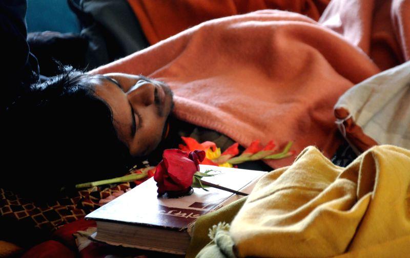 Jadavpur University students who were on an indefinite hunger strike to demand resignation of varsity Vice Chancellor Abhijit Chakrabarti ahead of West Bengal Chief Minister Mamata Banerjee . - Mamata Banerjee