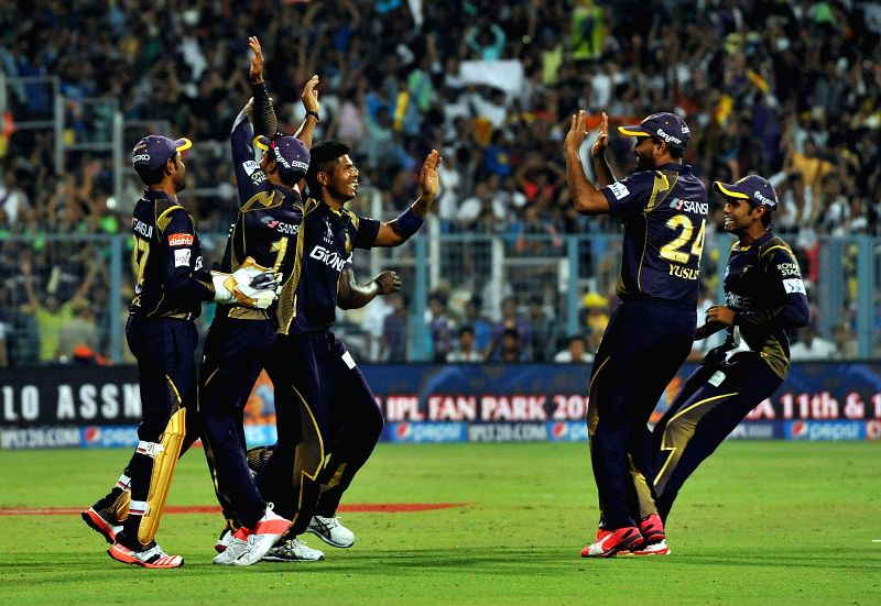 Kolkata Knight Riders (KKR) players Umesh Yadav, Andre Russell, Yusuf Pathan and Robin Uthappa celebrate fall of Aaron Finch's wicket during an IPL - 2015 match between Kolkata Knight Riders ... - Umesh Yadav