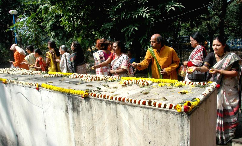 People pay tribute on the International Mother Language Day in Kolkata on Feb 21, 2015.