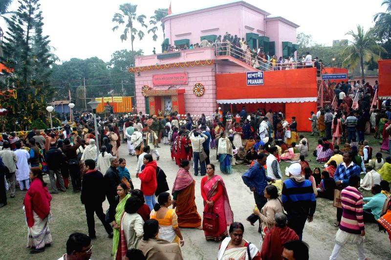 People throng Cossipore Udyanbati on `Kalpataru Utsav` in Kolkata, on Jan 1, 2015.