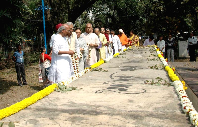 Poet Sankha Ghosh, Chitra Lahiri, Left Front leaders Shyamal Chakrabarty, Kshiti Goswami and others pay tribute on the International Mother Language Day in Kolkata on Feb 21, 2015. - Sankha Ghosh and Kshiti Goswami