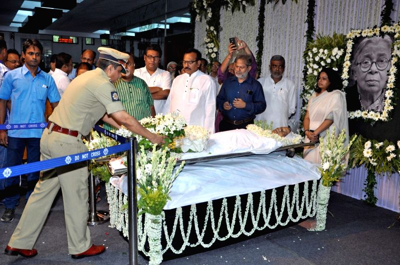 Kolkata Police Commissioner Rajeev Kumar pays tribute to eminent writer and social activist Mahasweta Devi who passed away on 28th July following a cardiac arrest and multi-organ failure, at ...
