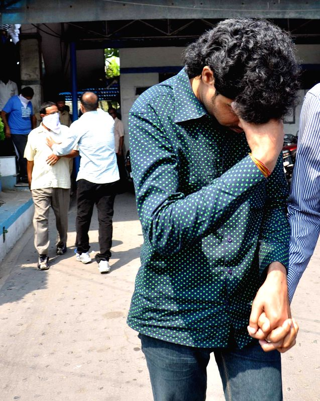 Policemen take away the alleged members of an betting gang that was busted by them in Kolkata on March 25, 2015.