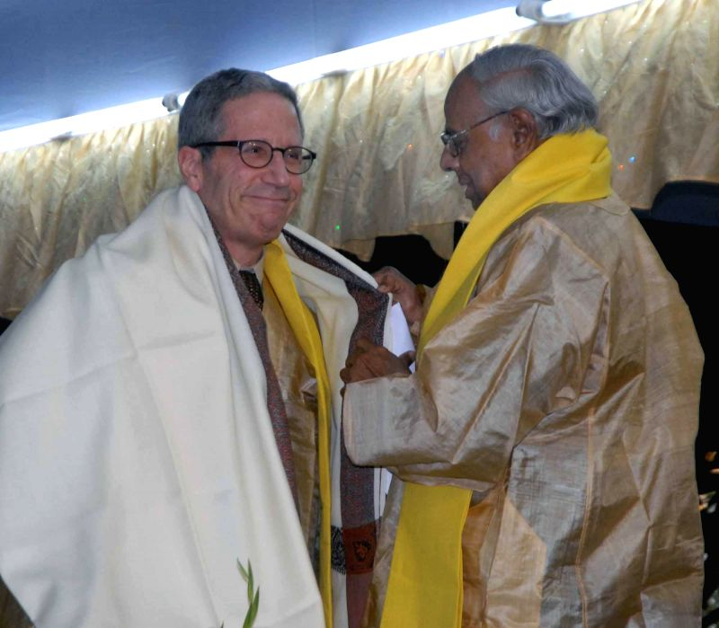 The president of Indian Statistical Institute (ISI) C. Rangarajan felicitates  Nobel Laureate Prof. Eric Maskin in Kolkata, on Jan ​9​, 2015.