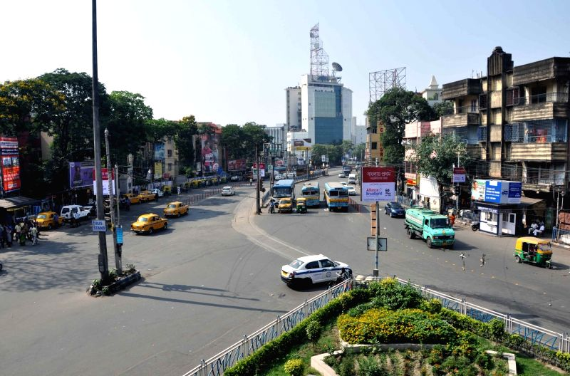: Kolkata: Traffic movement remains normal during 6-hr strike called by Left Front against violence over Panchayat nomination ahead of Panchayat polls in Kolkata on April 13, 2018. (Photo: Kuntal ...