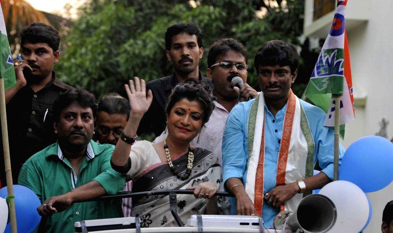Trinamool Congress legislator and actress Debashree Roy and singer Ustad Rashid Khan campaign for the TMC ahead of KMC polls in Kolkata, on April 9, 2015. - Ustad Rashid Khan