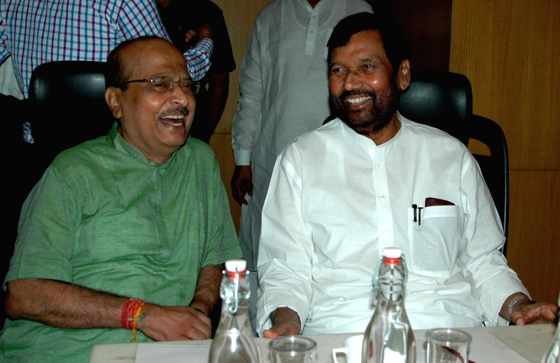 Union Minister for Consumer Affairs, Food and Public Distribution Ramvilas Paswan and West Bengal Consumer Affairs Minister Sadhan Pande during a meeting with Bureau of Indian Standards ... - Sadhan Pande