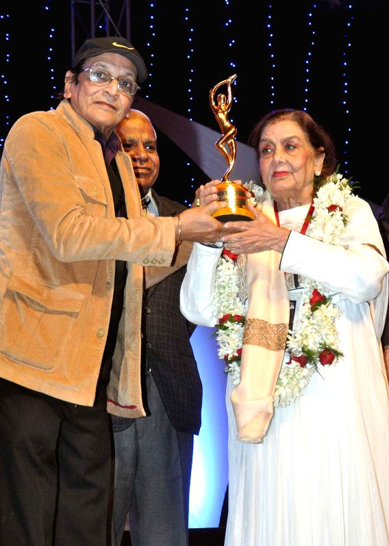 Vetaran actress Nimmi receives Living Legend Award from Biswajit Chatterjee during the 23rd Kalakar Awards in Kolkata on Jan 11, 2014. - Nimmi and Biswajit Chatterjee