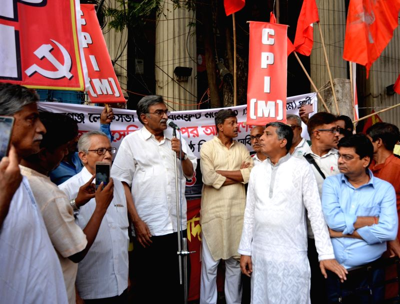 Kolkata: West Bengal CPI-M Secretary Surjya Kanta Mishra addresses a gathering during the party's demonstration to protest against several incidents of violence in West Bengal in the second phase of 2019 Lok Sabha elections, in Kolkata on April 18, 2