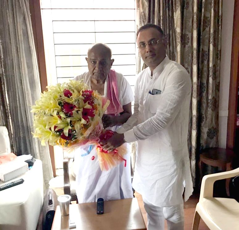 KPCC President Dinesh Gundurao meets JD(S) Supremo HD Devegowda at his residence, in Bengaluru on Aug 4, 2018.