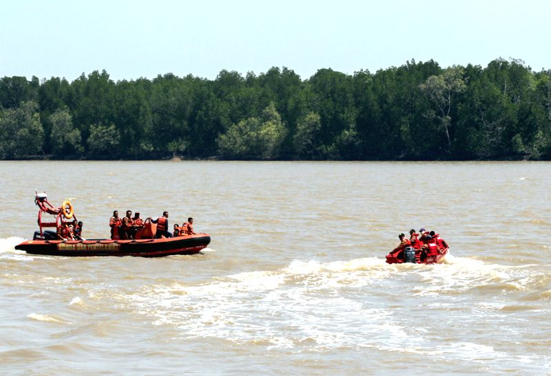 Rescuers search for survivors of the boat sinking accident near Sungai Air Hitam off the western coast of Malaysia, June 18, 2014. As of 13:45 p.m. local time .