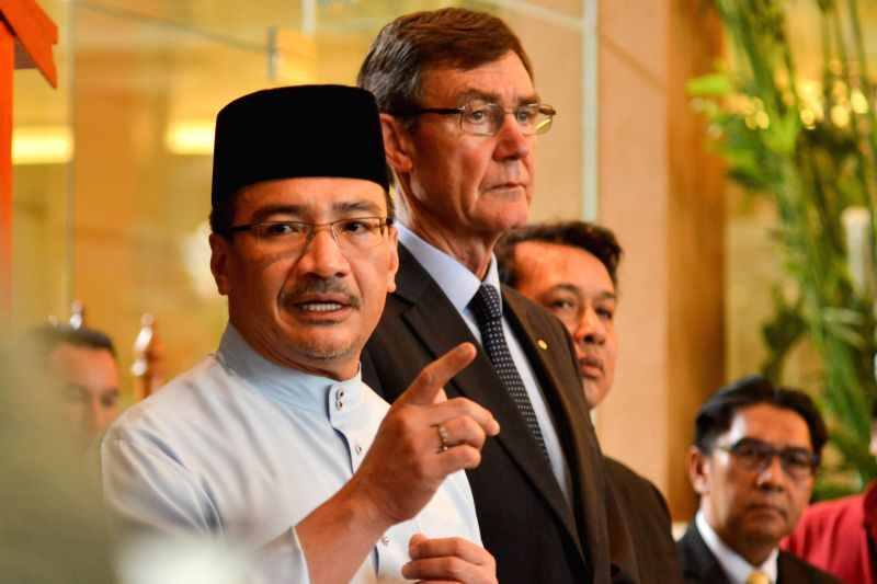 Malaysian acting Transport Minister Hishammuddin Hussein (L) and chief of the Australian Joint Agency Coordination Center Angus Houston attend a press conference
