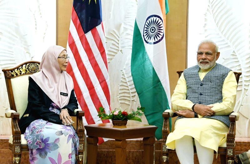 Kuala Lumpur: Prime Minister Narendra Modi meets Malaysian Deputy Prime Minister Wan Azizah Wan Ismail, in Kuala Lumpur, Malaysia on May 31, 2018. - Narendra Modi