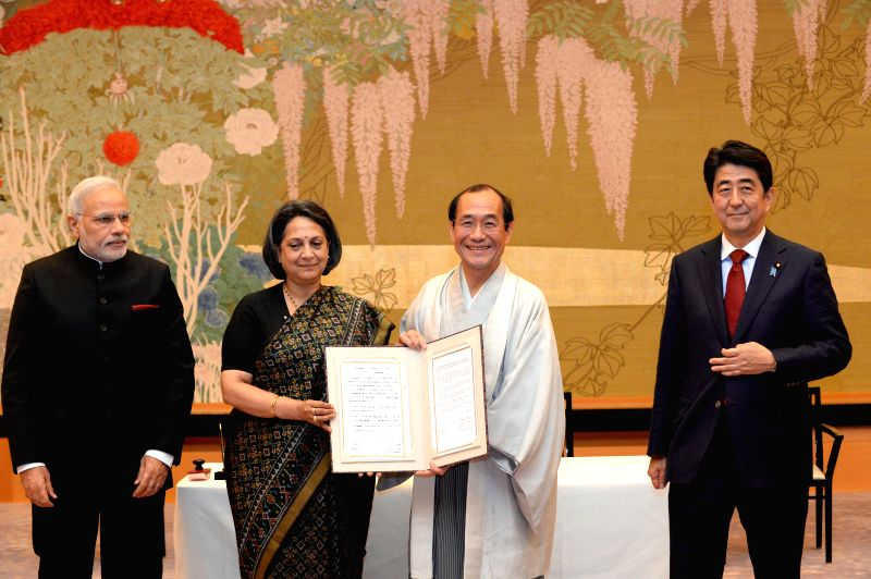 Indian Prime Minister Narendra Modi, Indian Ambassador to Japan Deepa Gopalan Wadhwa, Mayor of Kyoto Kadokawa Daisaku and Japanese Prime Minister Shinzo Abe (from L .. - Narendra Modi