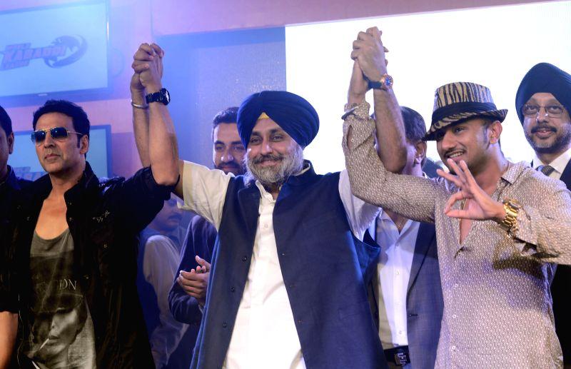 (L to R) Actor Akshay Kumar, Punjab Deputy Chief Minister Sukhbir Singh Badal and pop singer Yo Yo Honey Singh at the announces of `World Kabaddi League` in New Delhi on July 24, 2014. - Akshay Kumar and Sukhbir Singh Badal