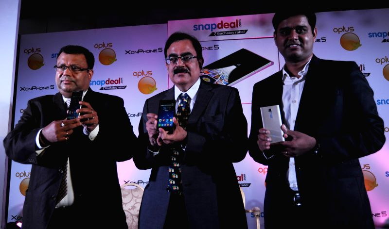 (L to R) CEO, Oplus Soumitra Gupta, Senior Vice President-Electronics Snapdeal.Com Tony Navin and CEO, Aforserve.com Rajeev Asija at the launch of Xon Phone 5 smartphone in New Delhi on July 24, ... - Oplus Soumitra Gupta