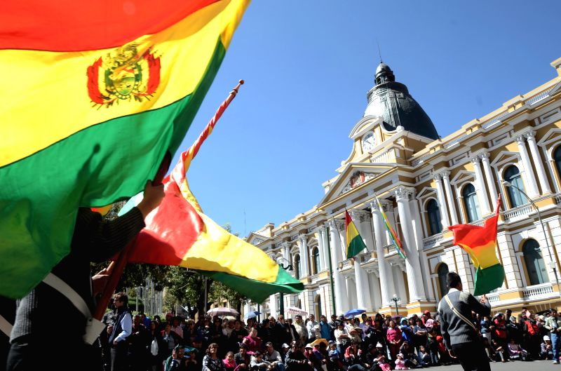 Residents watch an parade marking the 189th anniversary of Bolivia's Independence Day at Murillo Square in La Paz, Bolivia, on Aug 4, 2014. (Xinhua/Carlos ...